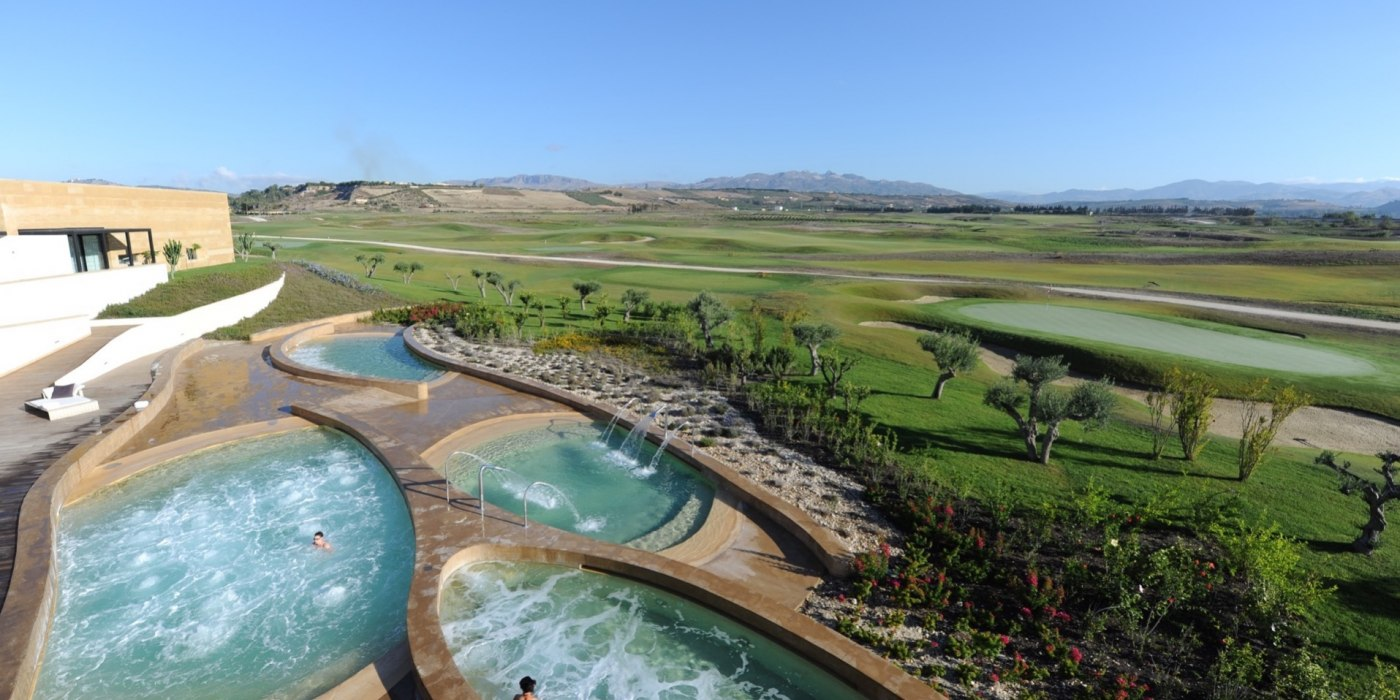 /media/post/c9vaal9/costa_di_sicilia_dormire_e_mangiare_verdura_resort_spa_thalassotherapy_pools.jpg